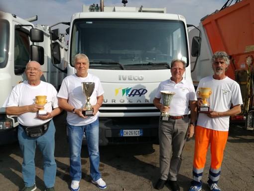 Da dx: il vincitore della guida dei camion Rinaldo Bussolino, alla sua sinistra Claudio Vercelli, vincitore bowling, alla sua sinistra il presidente del CRAL, Piero Amerio e Bussolino Cesare