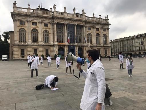 """Scende in piazza la rabbia dei medici specializzandi: """"Siamo lavoratori solo quando bisogna coprire i turni, pretendiamo rispetto"""" [FOTO e VIDEO]"""