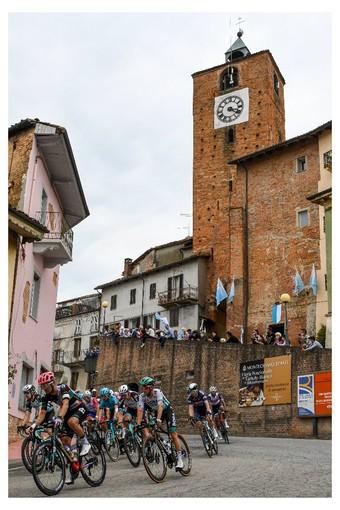 Giorno importante per Montechiaro d'Asti, un bel passaggio del Giro e inaugurazione del comitato palio