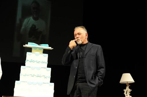 Giorgio Faletti durante una serata al Teatro Alfieri di Asti