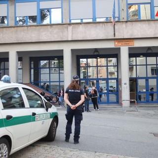 Asti, scuola giobert, riapertura, ragazzi che entrano e polizia muncipale