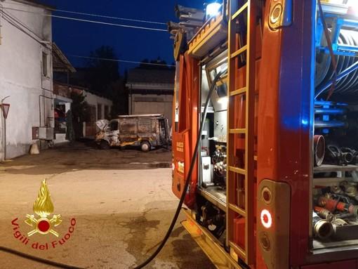 Incendio di un furgone a Serravalle coinvolge contatori gas. Non ci sono feriti