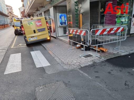 Centra in pieno semaforo in corso Cavallotti e colpisce insegna farmacia