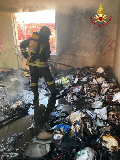 Incendio capannone a Celle Enomondo. Bruciano cumuli di immondizia