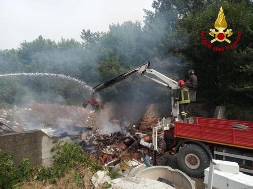 Vanno a fuoco i rifiuti in un deposito in corso Savona, intervento dei pompieri