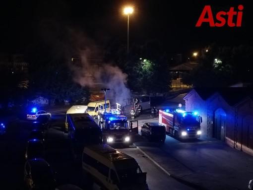 Ancora una notte di fuoco ad Asti. Incendiati un autobus e uno scuolabus in via Goito [FOTO E VIDEO]