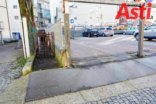 La scalinata di via Comentina ad Asti, zona sotto 'accusa' di spaccio e degrado
