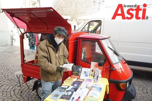 Alessandro Minnella al mercato di Asti, vende libri con la sua Ape