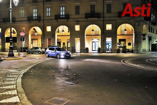 Asti, pattuglia della polizia in una piazza Alfieri deserta