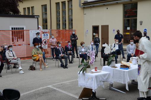 Celebrata la messa nel cortile della questura di Asti