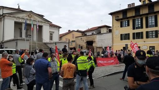 Un immagine della manifestazione sindacale della scorsa settimana di fronte al Municipio di Villanova d'Asti