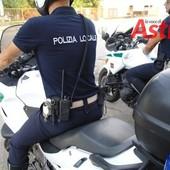 Asti, agente motocliclista insegue due persone in scooter