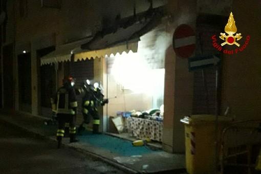 Incendio in un negozio di corso Volta, evacuata una palazzina di tre piani