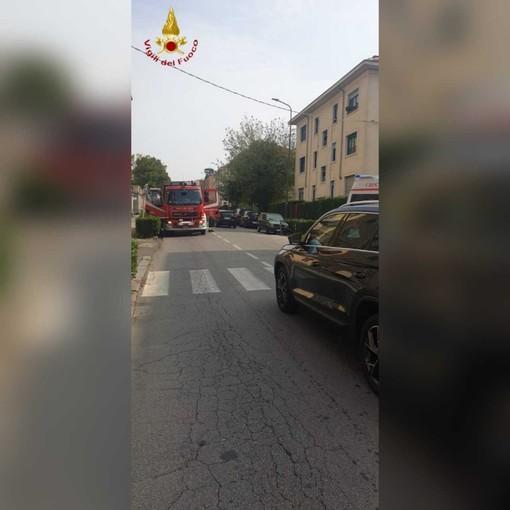 Intervento dei vigili del fuoco in viale Partigiani per soccorrere un'anziana