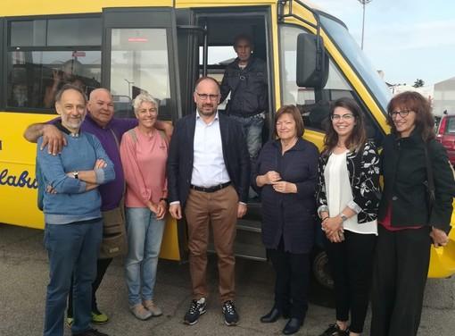 Sindaco e assessori all'arrivo dello scuolabus, con i volontari del Piedibus