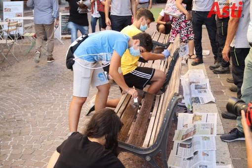 Nella foto, di Efrem Zanchettin-MerfePhoto, alcuni volontari di un'associazione impegnati a rimettere a nuovo una panchina