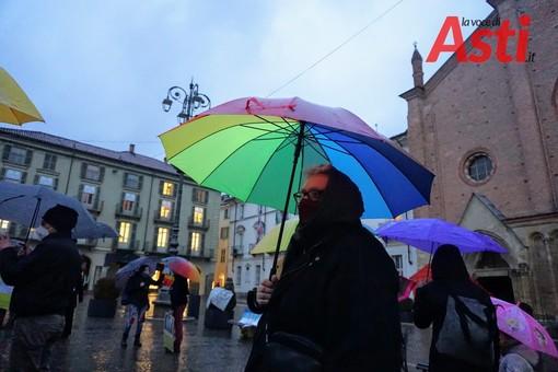 In piazza San Secondo, presidio per la Bosnia sotto la pioggia