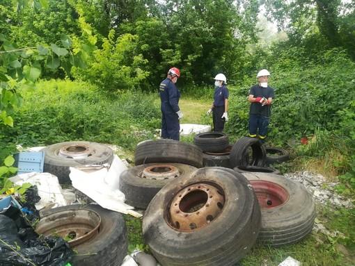 Rifiuti scaricati e abbandonati: doppio intervento della Protezione Civile di Asti