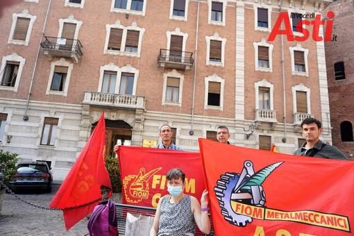 Un'immagine del presidio davanti alla sede dell'Unione Industriale di Asti