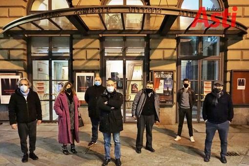 Un piccolo flash mob dei lavoratori del Teatro Alfieri con l'assessore alla Cultura Gianfranco Imerito