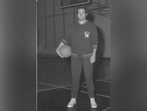 Un giovane Andrea Ravalico quando giocava nella Saclà Asti, a fine articolo il team astigiano e una foto recente dell'ex atleta scomparso. Tutte le immagini sono tratte dalla sua pagina Facebook