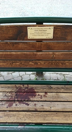 Ferito durante una rissa, da cocci di bottiglia sulla panchina di piazza Roma intitolata ai gemelli Bugnano [VIDEO]