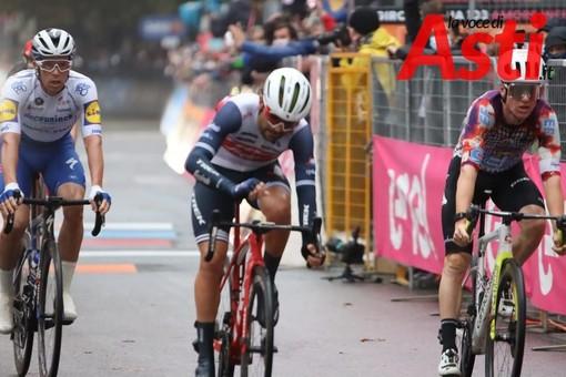 Un momento della tappa astigiana del Giro 2020 (MerfePhoto)