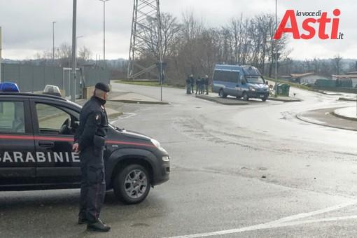 Carabinieri e Polizia al campo di via Guerra ad Asti