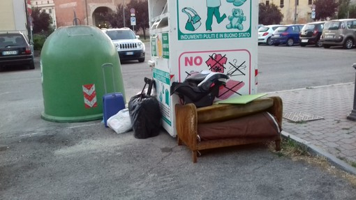 I rifiuti in strada, ad Asti, non risparmiano nessuna zona