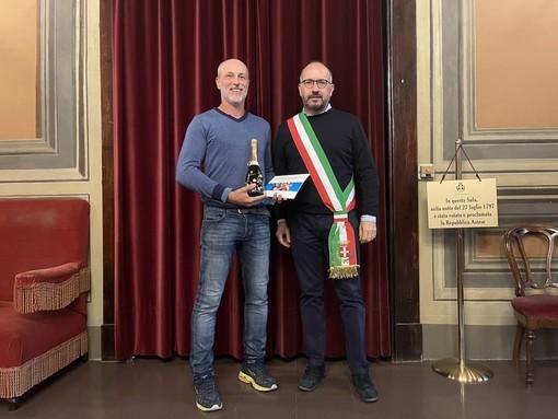 L'astigiano Mauro Gerbi vincitore del campionato di tennis over 55, ricevuto dal sindaco