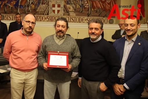 Il riconoscimento allo storico vessillifero Claudio Valente (MerfePhoto)