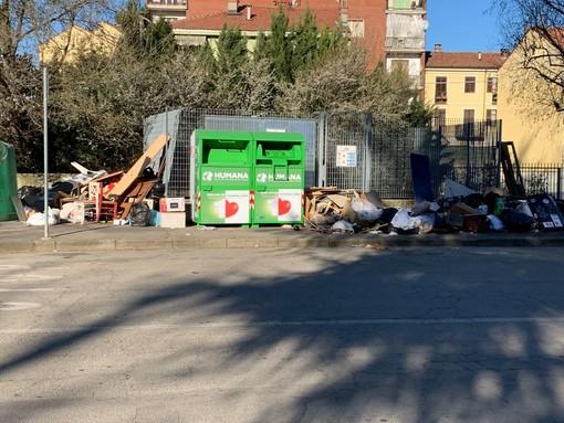 Un cumulo di rifiuti fotografato nel quartiere Praia