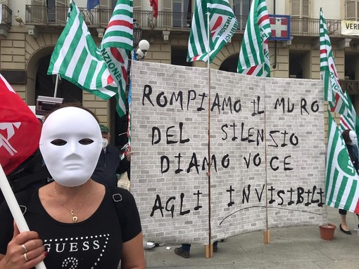 """""""Basta, non siamo invisibili"""": sotto la Regione la protesta dei lavoratori delle Rsa [FOTO e VIDEO]"""