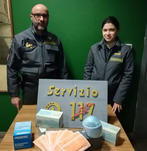 49enne astigiano cercava di vendere mascherine a farmacie del capoluogo a prezzo maggiorato del 700%