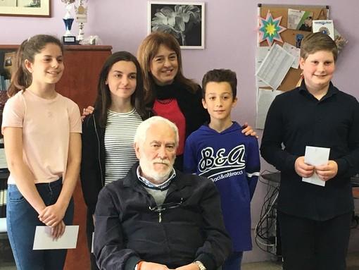 La dirigente scolastica Alessandra Longo, Arnaldo Malfatto, gli alunni premiati