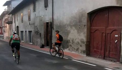 """Da Montechiaro a Loano in bici. Due giovani astigiani """"rincorrono"""" il mitico Diavolo Rosso"""