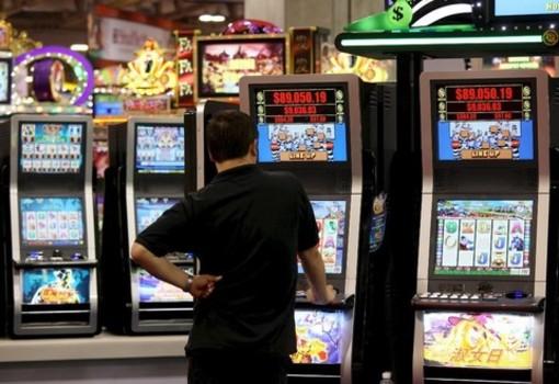 Una sala con giochi d'azzardo