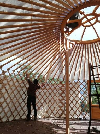 Il maestro al lavoro nella piccola yurta di Serravalle