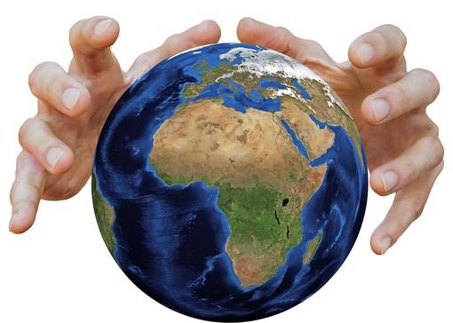 Mani che stringono il pianeta Terra