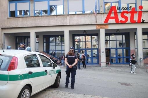 Polizia Municipale di fronte al Giobert in uno dei primi giorni di lezione del nuovo anno scolastico