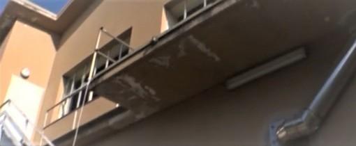 Il terrazzo da cui è caduto il giovane