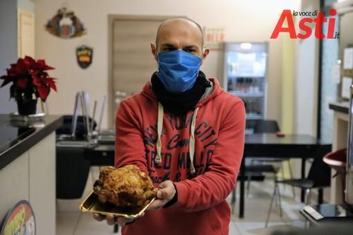Asti, Universo Pollo, il titolare Daniele Freilino, mostra, sconsolato, il pollo