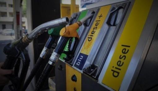 Carburanti: l'incontro governo-sindacati scongiura lo sciopero, ma la situazione rimane tesa