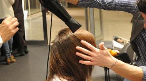 """""""Parrucchieri ed estetiste abusivi in casa propria o dei clienti"""". È l'altra faccia del Covid-19"""