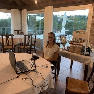 Arianna Viberti, titolare del ristorante Mongalletto di Castellinaldo, durante l'incontro organizzato da Bottega dell'Alpe
