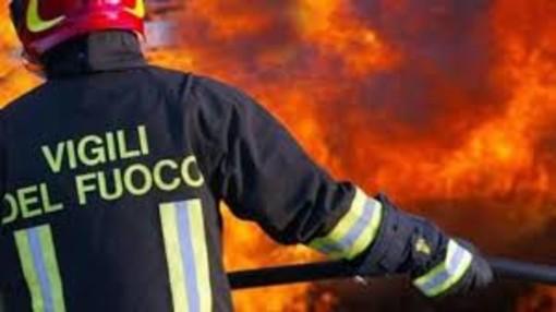 Una lunga notte di incendi, ha tenuto impegnati i Vigili del Fuoco fino alle 6 di questa mattina